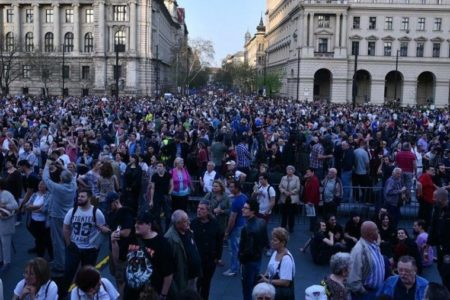 Bartus László: Az illúziók és az üres fecsegések tüntetése