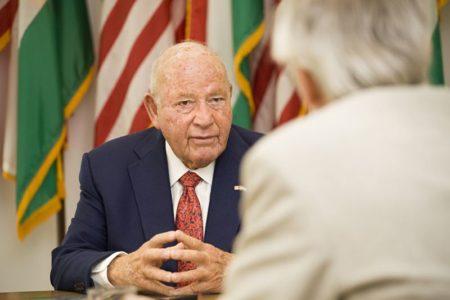 Egy süket és vak amerikai nagykövet, aki nem is olvas