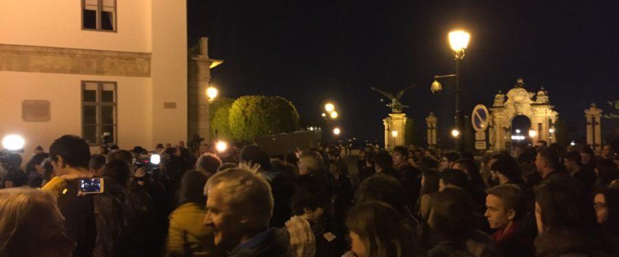 """Hiába voltak a """"Bajszos Szar"""" tüntetések, a CEU-t elüldözték"""