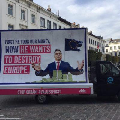 A Momentum Verhofstadt meghamisított plakátjával kampányol