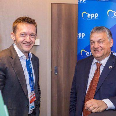 Orbán a lopott pénzt megtartja magának, kunyerál a hívektől