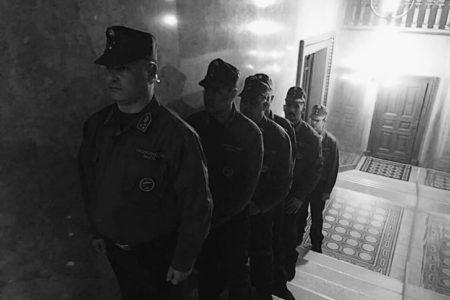 Katonák diktatúrában vannak a parlamentben