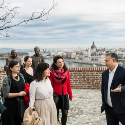 Az ellenzéki újságírónők elmentek a diktátorhoz egy bókra