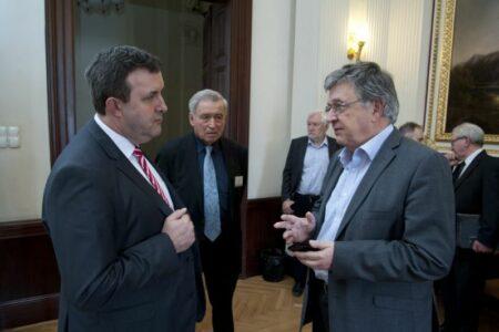 Egy akadémia elnöke hogyan lehet annyira vak, hogy Fidesz-képviselőknek könyörög?