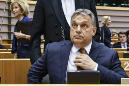 Orbán mást hazudik a magyaroknak, mást hazudik a Néppártnak
