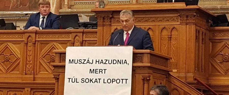 Orbánnak muszáj hazudnia, mert túl sokat lopott