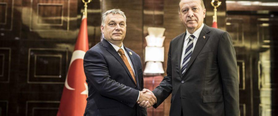 """Orbán bármit megenged """"Brüsszelnek"""", ha veszélybe kerül"""