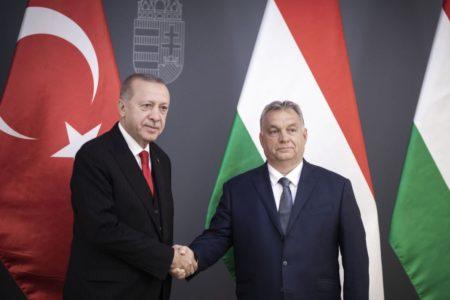 Orbán menekültáradatot remél a török diktátortól