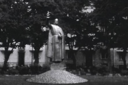 Szent István szobra, mint a zsidókat fenyegető keresztény király