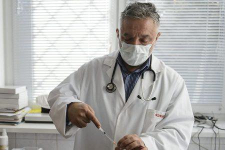 Háziorvosok: hazudik a tisztifőorvos, nincs elég védőfelszerelés