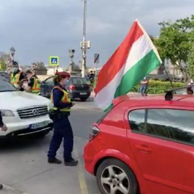 A véleményszabadság súlyos sérelme a dudáló tüntetés büntetése