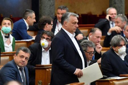 Orbán teljhatalma nem változik, csak a díszleteket állítják vissza