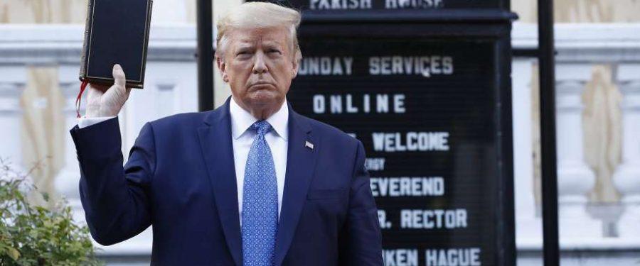 Trump bemocskolja a Bibliát, saját népe ellen vet be katonákat