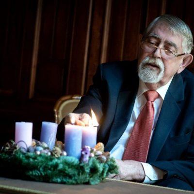 Gyerekeket fenyeget Kásler Miklós az ő kereszténységükkel