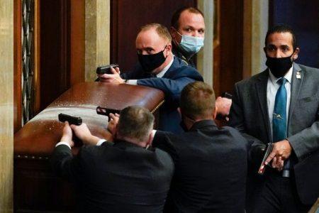 Négyen haltak meg a Capitolium ostrománál, négy ember élete szárad Trump lelkén